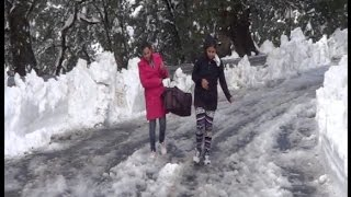 बर्फबारी बनी मुसीबत, सामान और गाड़ियां छोड़ पैदल ही लौट रहे सैलानी