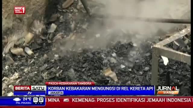 Korban Kebakaran Tambora Mengungsi di Pinggir Rel