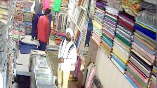 देखें, कैसे चोरों ने दुकानदार को लगाया चूना