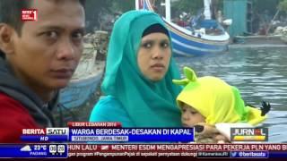 Rela Desak-desakan Naik Perahu Barang untuk Mudik