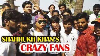 Public GOES MAD For Shahrukh Khan Outside Mannat - Shahrukh Khan 52nd Birthday Celebration