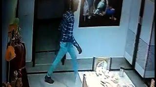 लाखो रुपए के सामान पर चोरों ने किया हाथ साफ, कैमरे मे कैद हुई वारदात
