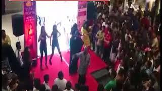 मॉल में 'काला चश्मा' गाने पर बुर्का पहनी लड़की ने लगाए जबरदस्त ठुमके, मचा बवाल Video वायरल
