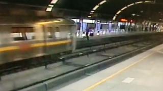 वीडियो में देखें, कैसे चलती मेट्रो के आगे कूद गई युवती