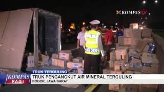 Truk Pengangkut Air Mineral Terguling