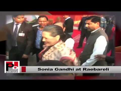 Sonia Gandhi visits Raebareli, interacts with an old woman