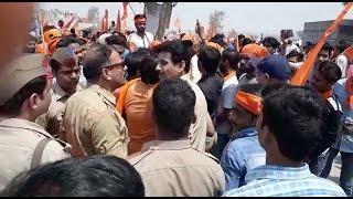 हिंदू रक्षा दल के कार्यकर्ताओं ने किया पुलिस पर पथराव, 50 लोगों के खिलाफ मुकदमा दर्ज