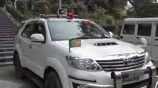 प्राइवेट कार पर लाल बत्ती लगाकर घूम रहे बीजेपी सांसद हरिनारायण