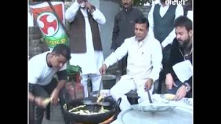 चाय और पकौड़े बेचकर किया पीएम मोदी के खिलाफ प्रदर्शन