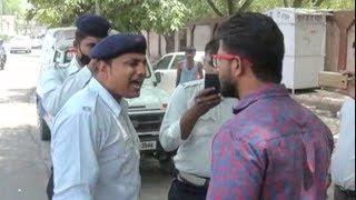 वर्दी का रौब या बिना बात की हेकड़ी, मीडिया कवरेज पर भड़के ट्रैफिक पुलिसकर्मी