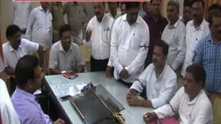मेरठ तहसील कर्मचारियों ने कमिश्नर प्रभात कुमार के खिलाफ धरना दिए