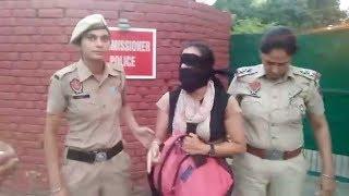 पुलिस की कार्यवाही से नाख़ुश मिंटी द्वारा सी.पी. के घर बाहर धरना