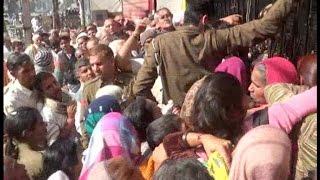 कैश न मिलने पर गुस्साई भीड़ ने किया हंगामा, बैंक का गेट तोड़ने की कोशिश