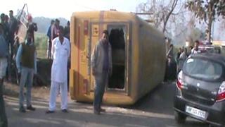 चलती स्कूल बस में चालक को हार्ट अटैक, शीशा तोड़ बचाए छात्र