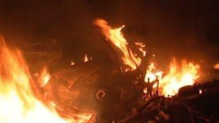 बदमाश ने की युवक पर फायरिंग, लोगों ने की आगजनी