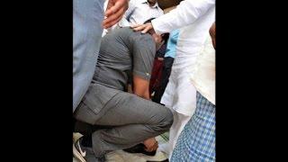 सुरक्षाकर्मी ने शिवपाल को 8 बार पहनाए जूते, रुमाल से साफ किया कीचड़