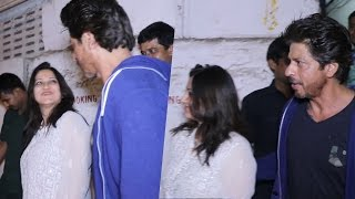 Shahrukh Khan CLICKS Selfie With A FAN - Fulfills Her Wish