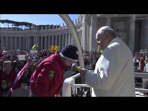 Raw- Two Lucky Kids Get Ride in Popemobile News Video