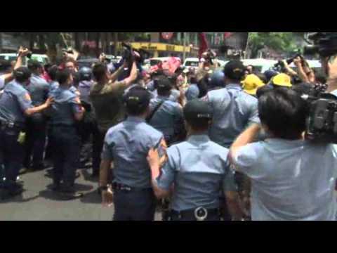 Raw- Anti-Obama Activists Fight Manila Police News Video