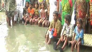 ग्रामीणों के घरों में घुसा गंदा पानी, प्रशासन ने नहीं ले रहा सुध