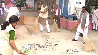 क्नाट प्लेस के खादी ग्राम उद्योग परिसर में चला 'स्वच्छ भारत अभियान'