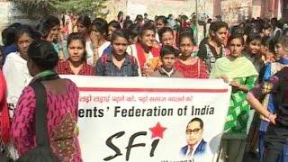 एक्सटेंशन लेक्चरर की हड़ताल से परेशान छात्राएं धरने पर बैठीं