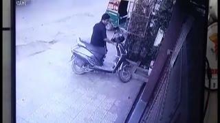 देखिए कैसे शातिर चोर एक मिनट में ले उड़ा एक्टिवा