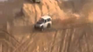 Video yang menakjubkan Mendaki kereta, menukarkan dan turun gunung pasir
